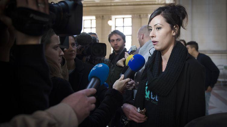 """Marlène Hamilton, fille du capitaine de la vedette """"L'Alcyone"""" mort après une collision avec un bateau-mouche, lundi 2 mars 2015 au Palais de justice de Paris. (MARTIN BUREAU / AFP)"""