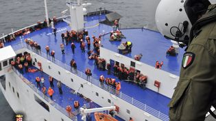"""Un soldat de la marine italienne participe à une opération d'hélitreuillage pour évacuer les passagers du ferry """"Norman Atlantic"""" en proie à un incendie dans la mer Adriatique, au large de l'Albanie, le 28 décembre 2014. (REUTERS)"""