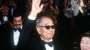 """Le réalisateur japonais Akira Kurosawa,lors de la montée des marches de la 33e édition du festival de Cannes en1980. Il remporterala palme d'orex æquo pour """"Kagemusha, l'ombre du guerrier"""". (DANIEL GALLI / AFP)"""
