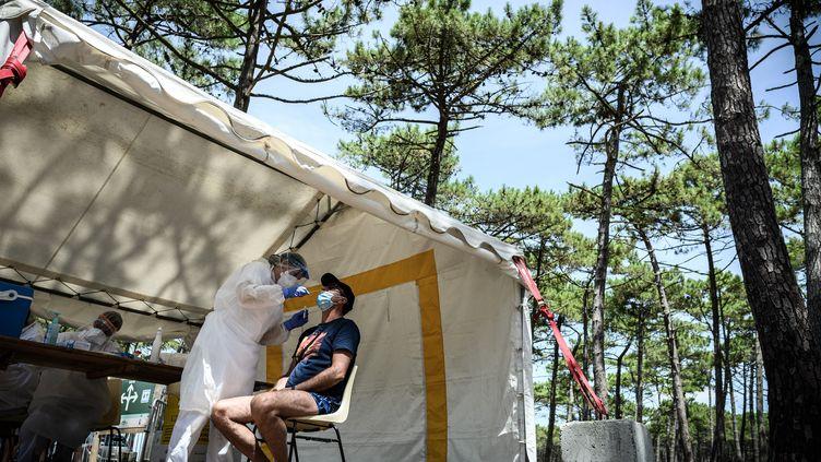 Un homme se fait dépister dans un centre de test au coronavirus installé près de la plage du Petit-Nice, le 24 juillet 2020 à La Teste-de-Buch (Gironde). (PHILIPPE LOPEZ / AFP)
