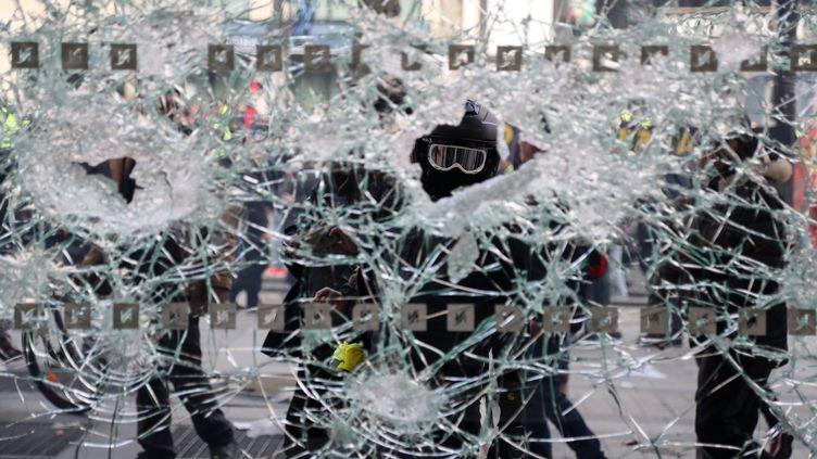 """Durant la 18e journée de manifestation des """"gilets jaunes"""", sur les Champs-Elysées à Paris, le 16 mars 2019. (ZAKARIA ABDELKAFI / AFP)"""
