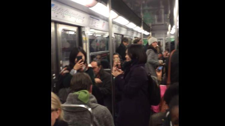Capture d'écran du métro parisien où les passagers tapent des mains sur une chanson du conducteur du train, images postée le 28 janvier. (ARAME LY / YOUTUBE )