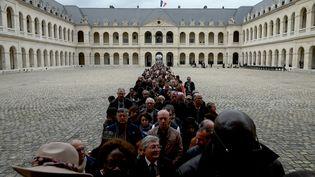 Des milliers de personnes ont fait la queueavant d'accéder à la cour des Invalides pour se recueillir surle cercueil de Jacques Chirac,le 29 septembre 2019. (PHILIPPE LOPEZ / AFP)