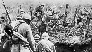 Photo non datée d'une escouade de soldats français franchissant les lignes de fils de fer barbelés pour lancer une attaque à Verdun.  (OFF / AFP)