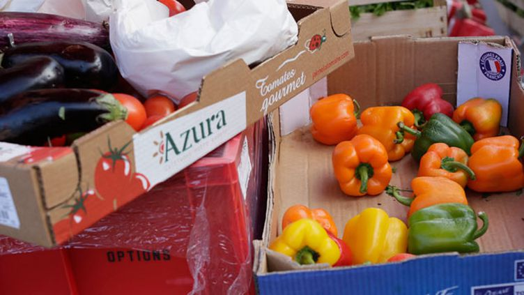 (Des produits alimentaires jetés présentés par France Nature Environnement © MAXPPP)