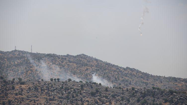 De la fuméecausée par des tirs d'artillerie israéliens, dans le sud du Liban, le 6 août 2021. (RAMIZ DALLAH / ANADOLU AGENCY / AFP)