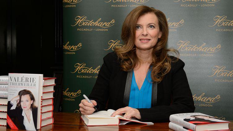 """Valérie Trierweiler dédicace son livre """"Merci pour ce moment"""" à Londres (Royaume-Uni), le 25 novembre 2014. (LEON NEAL / AFP)"""