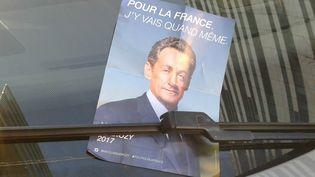 Tract de Nicolas Sarkozy distribué sur les pare-brise de voitures à Paris et en proche banlieue, mardi 29 novembre 2016. (RAPHAEL GODET / FRANCE TELEVISIONS)