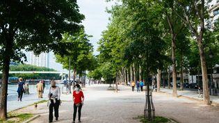 Des Parisiens se promènent le long du Bassin de la Villette, le 8 mai 2020 à Paris. (MATHIEU MENARD / HANS LUCAS / AFP)
