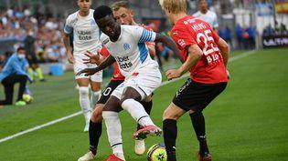 Bamba Dieng (Olympique de Marseille) couvre le ballon face à la défense de Rennes en Ligue 1, le 19 septembre 2021 au Stade Vélodrome (CHRISTOPHE SIMON / AFP)