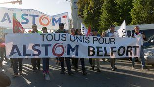 Les salariés d'Alstom manifestent contre la fermeture du site de Belfort (Territoire de Belfort), au siège social du groupe à Saint-Ouen (Seine-Saint-Denis), mardi 27 septembre. (MAXPPP)