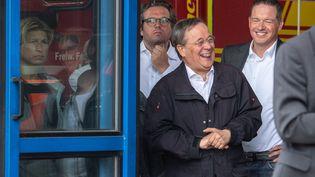 Le chef de file des chrétiens-démocrates (CDU), Armin Laschet, rit aux éclats pendant un discours d'hommage aux récentes victimes des inondations, prononcé par le président, Franck-Walter Steinmeier à Erfstadt (Allemagne). (MARIUS BECKER / POOL / AFP)