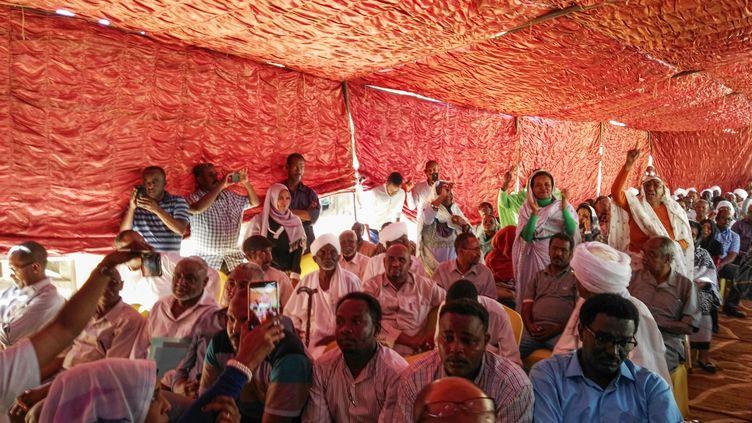 Les partisans du parti al-Oumma, accueillent la première conférence de presse de l'Association des professionnels soudanais, organisatrice de la contestation du régime d'Omar el-Béchir, le 13 février 2019. (AFP)