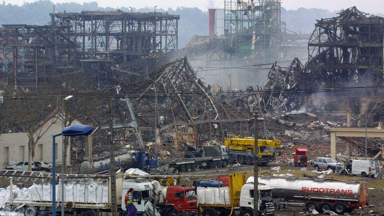 L'usine chimique AZF, située en périphérie de Toulouse, le 22 septembre 2001, au lendemain de l'explosion. (ERIC CABANIS / AFP)