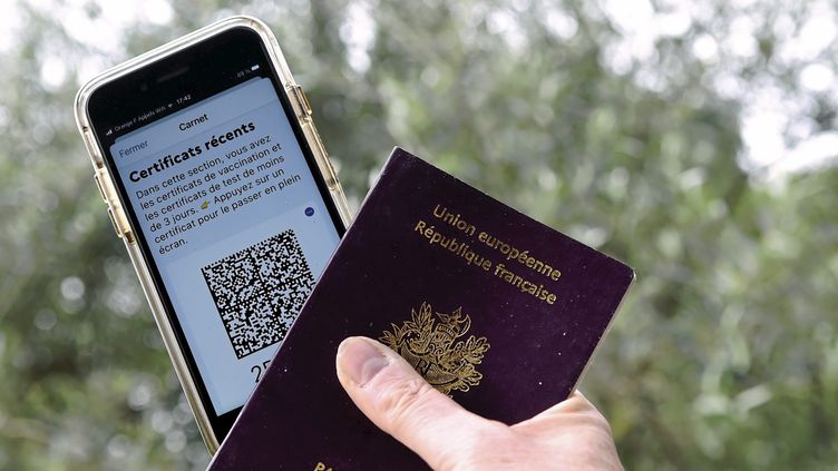 Un passeport et un pass sanitaire. (Illustration). (SYLVIE CAMBON / MAXPPP)