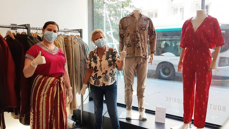 Marianne et Malika vendeuses de vêtements à la Bis Boutique Solidaire du 15e arrondissement de Paris. (BENJAMIN  ILLY / FRANCE-INFO)