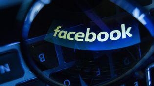 """Un ancien prestataire de Facebook a assuré, le 9 mai 2016, que les """"tendances"""" affichées par le réseau social outre-Atlantique sont régulièrement modifiées pour écarter les opinions conservatrices. (JAAP ARRIENS / NURPHOTO / AFP)"""