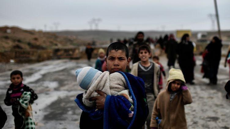 Ces jeunes Irakiens ont fui la ville de Mossoul, vendredi 3 mars 2017. (ARIS MESSINIS / AFP)