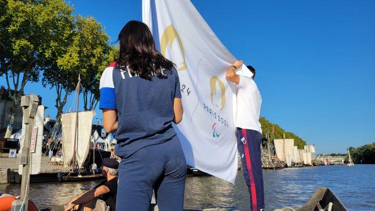 Le défilé des drapeaux sur les bords de Loire à Orléans. (CECILIA BERDER / FRANCEINFO / RADIO FRANCE)