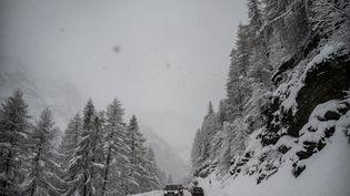 Une route entre Val d'Isère et Tignes, en Savoie, dimanche 22 décembre 2019. (JEFF PACHOUD / AFP)