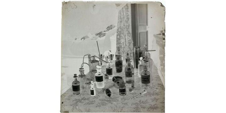 Henri Roger (1869-1946), Appareils de chimie et flacons de produits dans la chambre d'Henri Roger. Négatif sur verre au gélatino-bromure d'argent, 1888  (Collections Roger Viollet / Roger-Viollet)