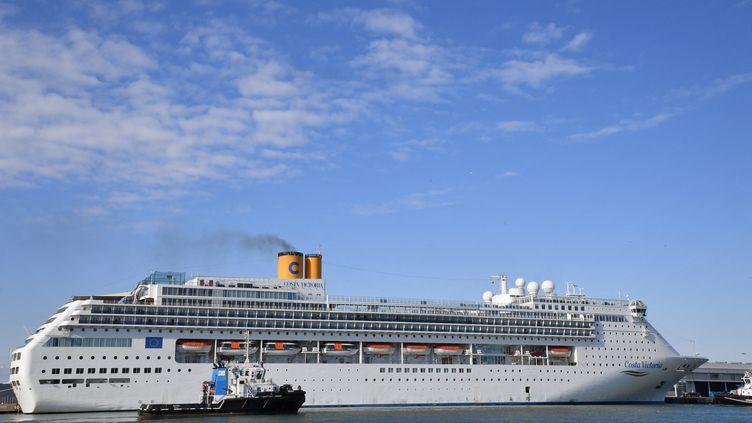Le Costa Victoria,du croisiériste Costa Croisières refoulé de plusieurs ports des Caraïbes en mars 2020 après que plusieurs passagers avaient été testés positif au Covid-19. (ANDREAS SOLARO / AFP)