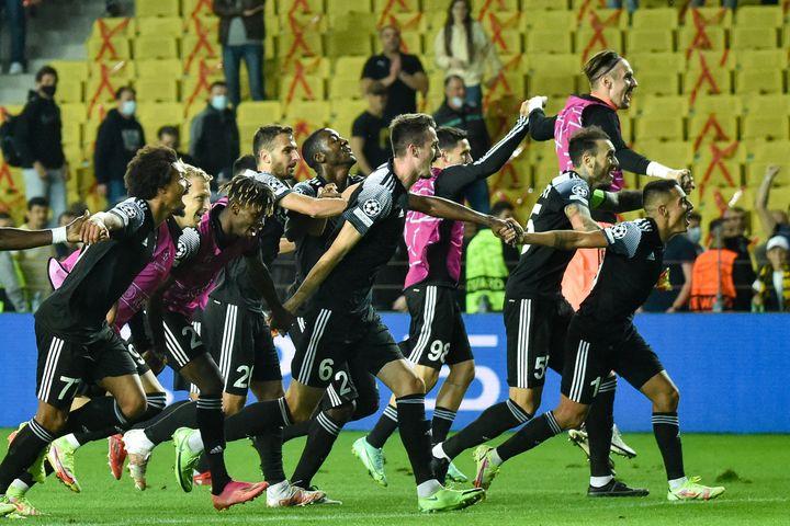 Les joueurs du Sheriff Tiraspol célèbrent avec leurs supporters après leur première victoire de leur histoire en Ligue des champions, le 15 septembre 2021. (SERGEI GAPON / AFP)