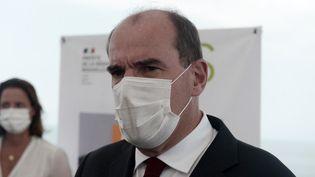 Le Premier ministre Jean Castex lors d'une visite d'un centre de vaccination contre le Covid-19 à Anglet (Pyrénées-Atlantiques) le 16 juillet 2021. (IROZ GAIZKA / POOL / AFP)