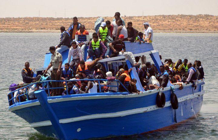 Bateau de migrants arrivant dans le port tunisien de Ben Gardane, à 40 km de la frontière libyenne, le 10 juin 2015.. (FETHI NASRI / AFP)