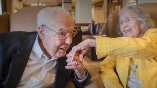 C'est une histoire d'amour qui dure depuisquatre-vingtsans et qui vient d'entrer dans le livre des records : elle a 105 ans, lui 106, c'est le plus vieux couple marié au monde.John et Charlotte Anderson. (France 2)