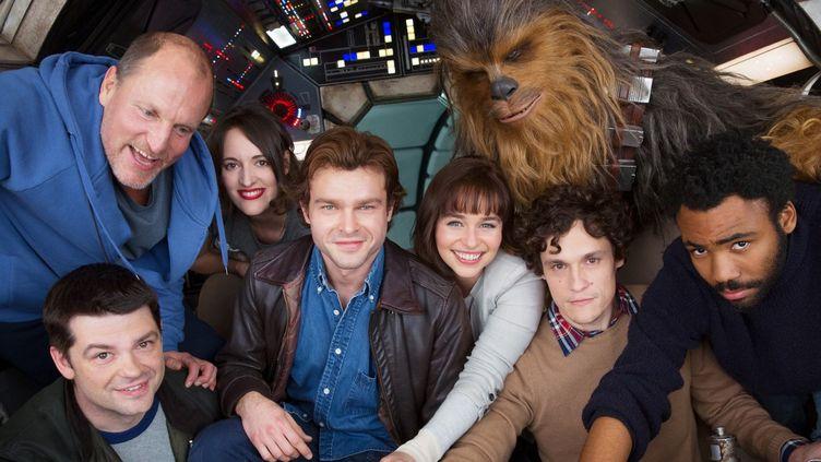 De gauche à droite, notamment : Woody Harrelson (en haut), Christopher Miller (en bas à gauche), Alden Ehrenreich (au centre), Emilia Clarke (pull blanc),Donald Glover (à droite).  (2017 Lucasfilm Ltd. & ™)