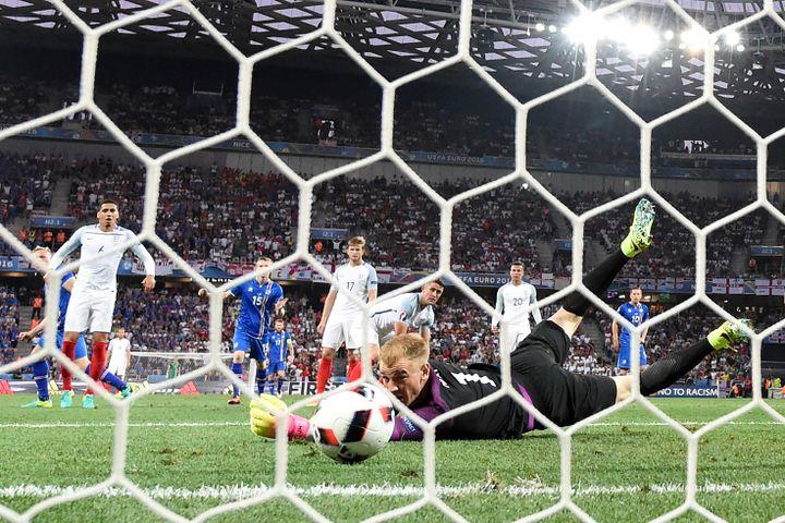 Le gardien anglais, Joe Hart, regarde le ballon filer dans son but, le 27 juin 2016 à Nice (Alpes-Maritimes). (PAUL ELLIS / AFP)