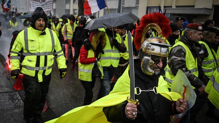 Un manifestant déguisé en soldat romain, le 2 février 2019 à Valence (Drôme). (JEAN-PHILIPPE KSIAZEK / AFP)