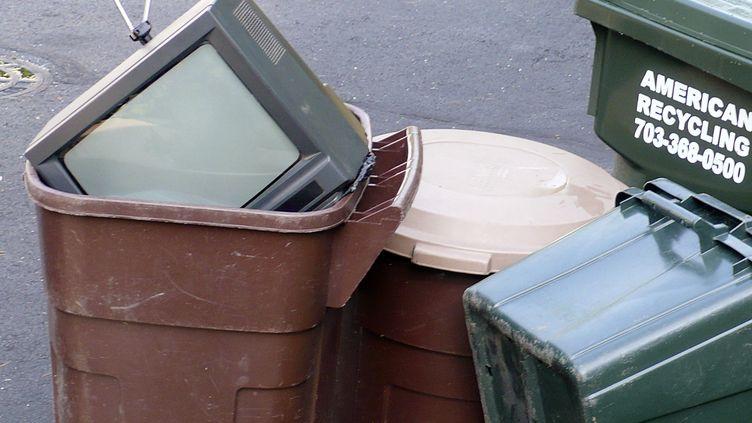 Une télévision à tube cathodique dans une poubelle à Burke (Etats-Unis), le 12 juin 2009. (TERRY BOCHATEY / REUTERS)