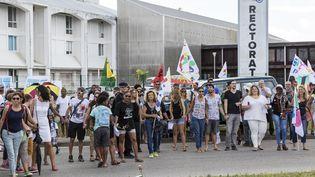 Manifestation en Guyane devant le rectorat de Cayenne le 27 mars 2017. (JODY AMIET / AFP)