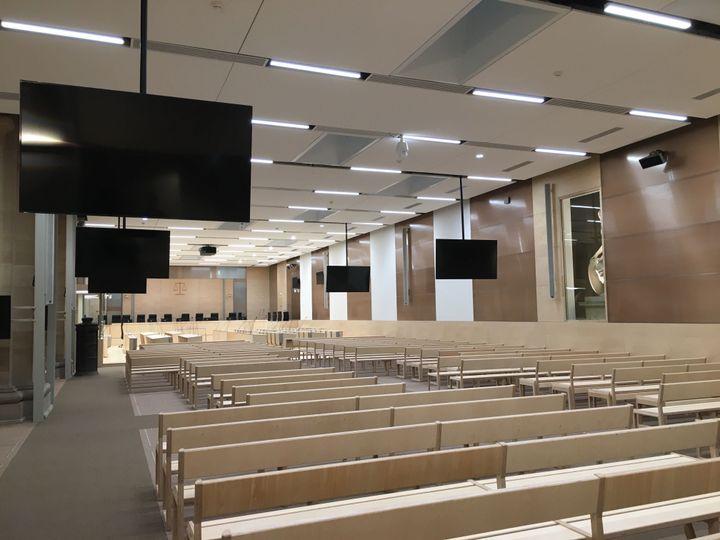 """L'intérieur de la salle d'audience """"grand procès"""" et ses bancs encore vides au cœurde l'été. (CATHERINE FOURNIER / FRANCEINFO)"""