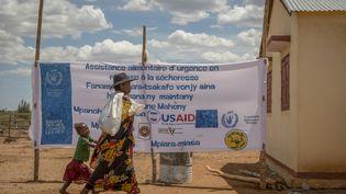 Une mère malgache quitte le centre de distribution de nourriture du Programme alimentaire mondial de Maheny à Madagascar, le 11 décembre 2018. (WFP/Giulio d'Adamo)