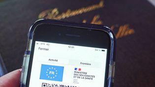 Un pass sanitaire est contrôlé à l'entrée d'un restaurant de Clisson (Loire-Atlantique) le 22 septembre 2021. (MATHIEU THOMASSET / HANS LUCAS / AFP)