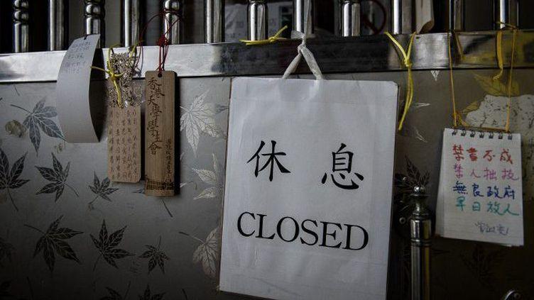 Des messages de soutien sur la porte d'une librairie de Hong Kong qui vend qui vend des ouvrages critiques envers Pékin. (AFP/ Philippe Lopez)