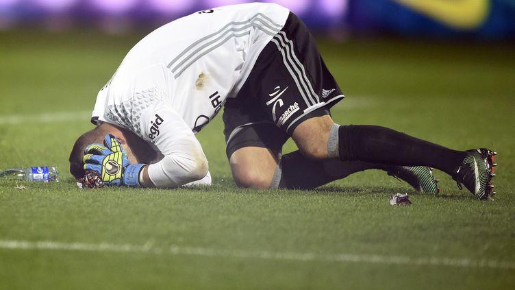 Anthony Lopes, touché par un jet de pétard à Metz (JEAN-CHRISTOPHE VERHAEGEN / AFP)