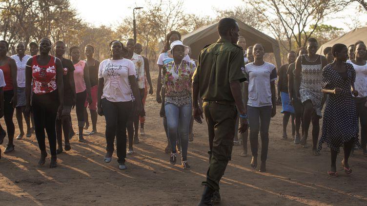 Des nouvelles recrues féminines pour les unités de lutte contre le braconnage lors d'un stage de sélection àPhundundu (nord du Zimbabwe) le 16 septembre 2019. (GIANLUIGI GUERCIA / AFP)