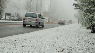 """Une fine couche de """"neige industrielle"""" au bord d'un route, à Mâcon (Saône-et-Loire), le 7 décembre 2016. (MAXPPP)"""