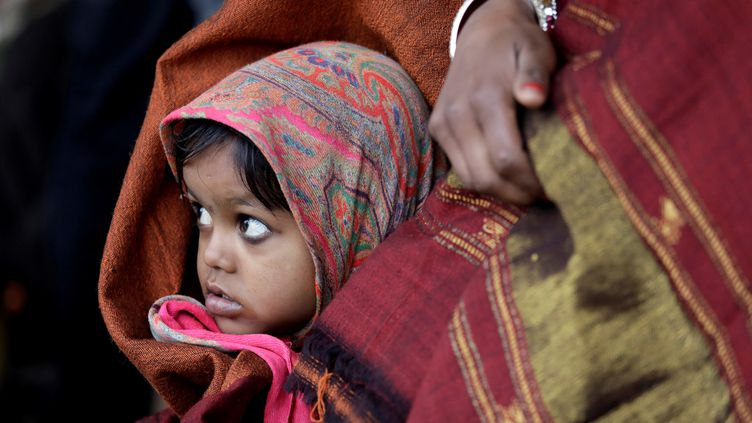 Une petitefille indienne à côté de sa mère, le 3 janvier 2018, à New Delhi. (SAUMYA KHANDELWAL / REUTERS)