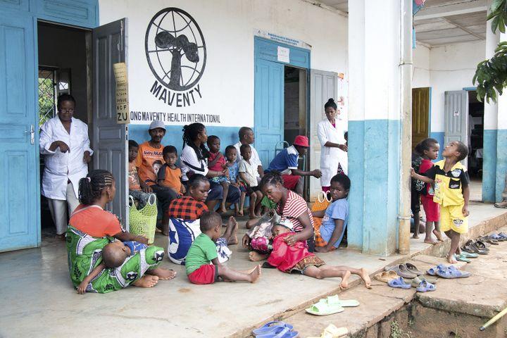 Des enfantsattendent d'être vaccinés contre la rougeole dans un dispensaire proche d'Antsiranana (nord de Madagascar) le 27 février 2019. (MAMYRAEL / AFP)