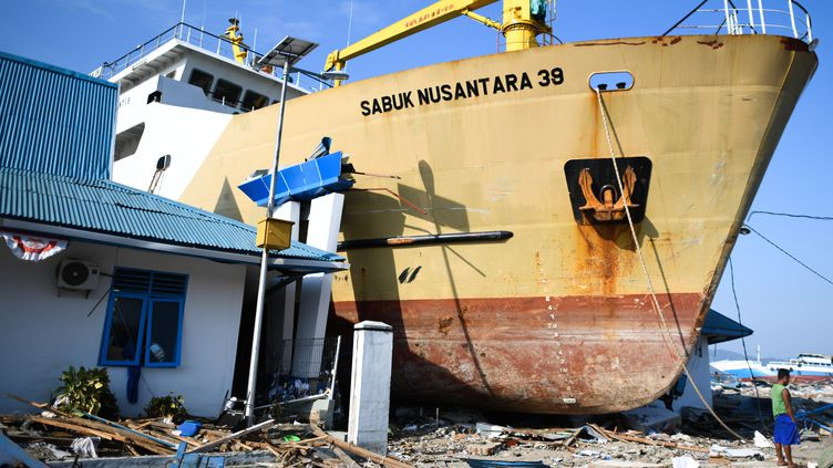 Un bateau échoué sur l'île de Célèbes en Indoséie lors du tsunami du 28 septembre 2018. (JEWEL SAMAD / AFP)