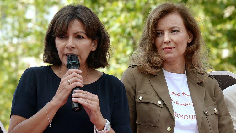 Anne Hidalgo, maire socialiste de Paris (à gauche) et Valérie Trierweiler, lors d'une manifestation sur la place de la République, à Paris, le 28 juillet 2014. (PIERRE ANDRIEU / AFP)