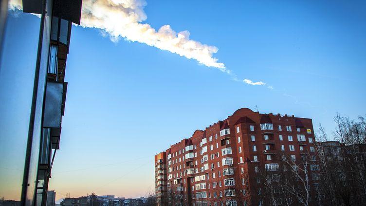 Traînée de météorite au-dessus deTcheliabinsk (Russie), le 15 février 2013. (OLEG KARGOPOLOV / AFP)