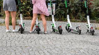 Des trottinettes électriques stationnées à Berlin (Allemagne), le 10 août 2020. (JENS KALAENE / DPA-ZENTRALBILD / AFP)