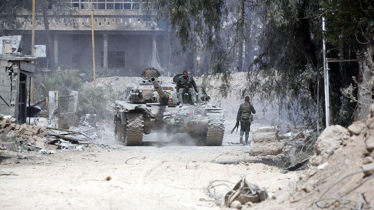 Un char du régime syrien à Douma, dans la Ghouta orientale, le 8 avril 2018. (STRINGER / AFP)
