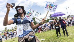 Des manifestants se rassemblent, le 27 mars 2017 à Cayenne (Guyane), à l'occasion du lancement d'une grève générale illimitée. (JODY AMIET / AFP)